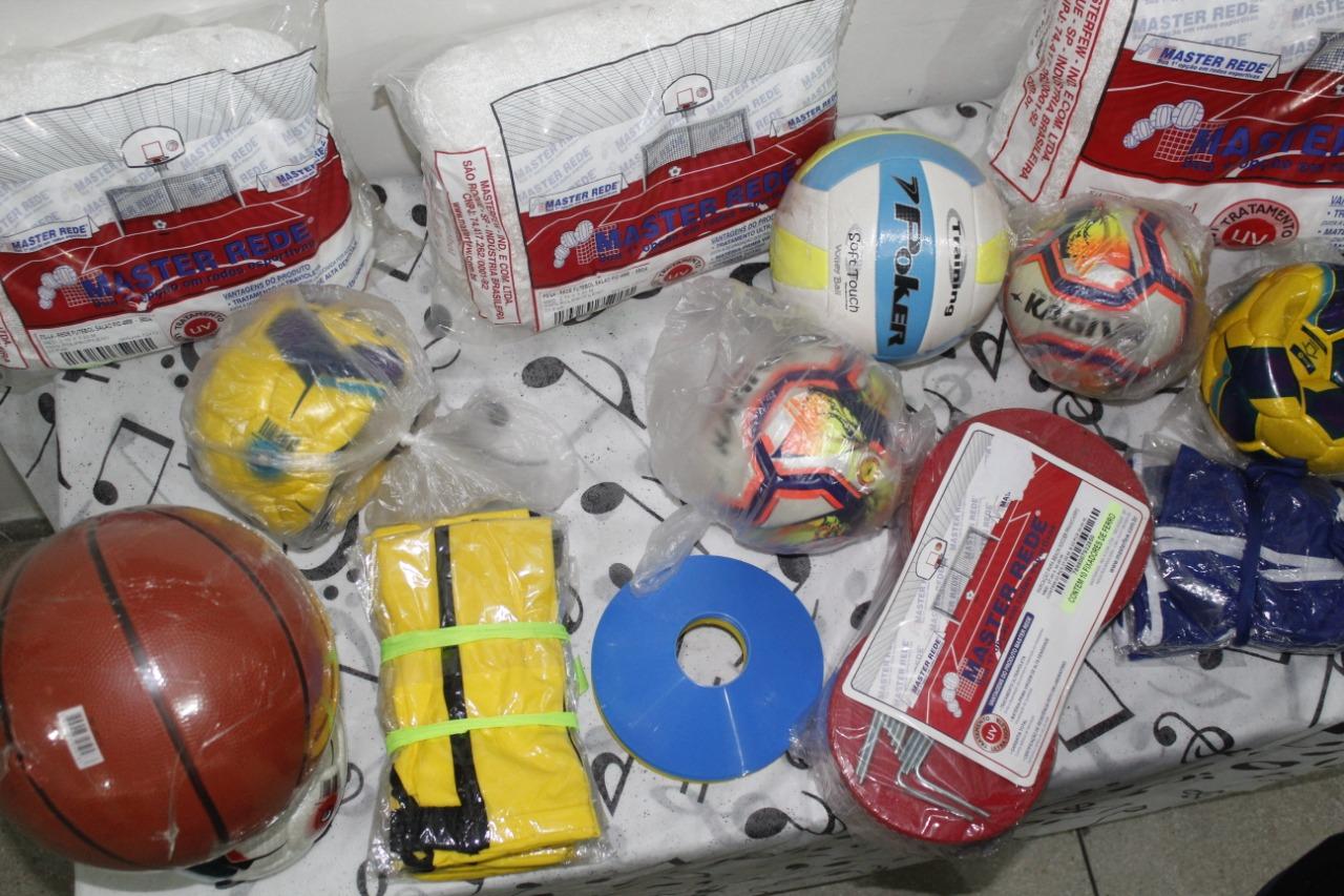 Secretaria de Esportes de Jacaraú, realiza entrega de materiais esportivos para representantes de modalidades do município.