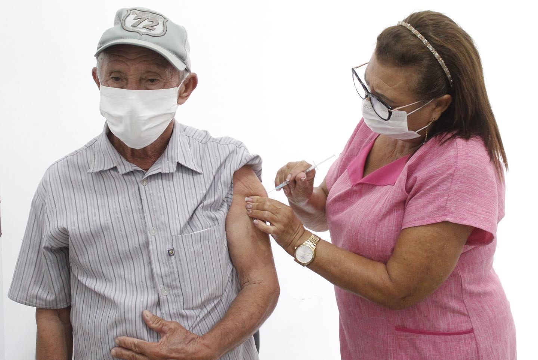 Jacaraú vacina idosos com 75 anos acima.