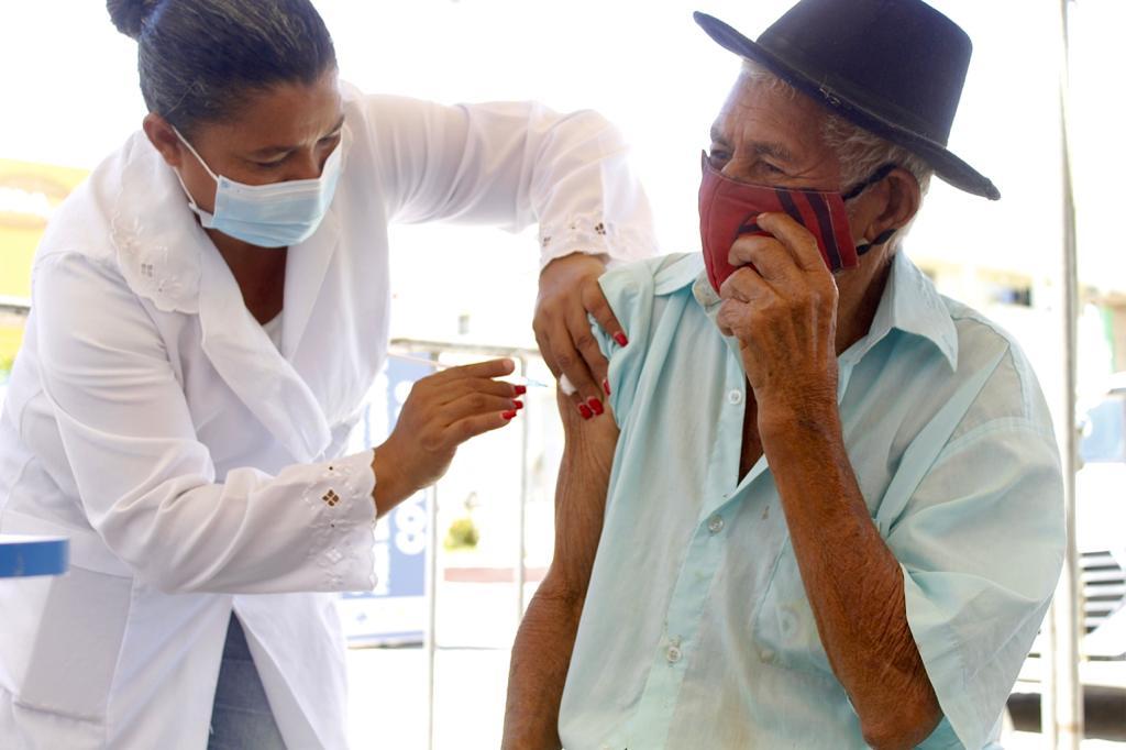 Jacaraú vacina idosos de 70 a 74 anos.
