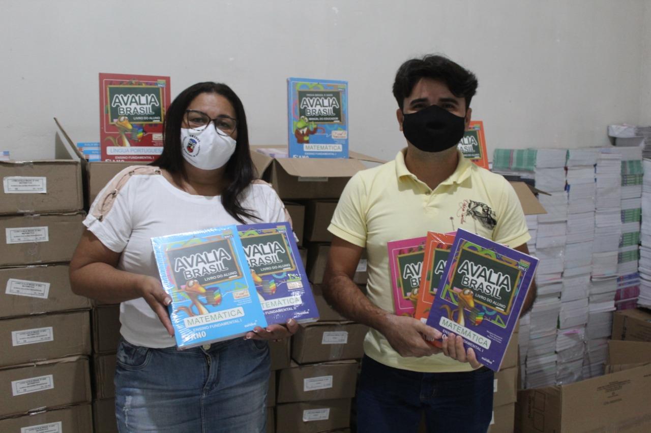 Educação realiza entrega de livros paradidáticos para alunos do Ensino Fundamental.