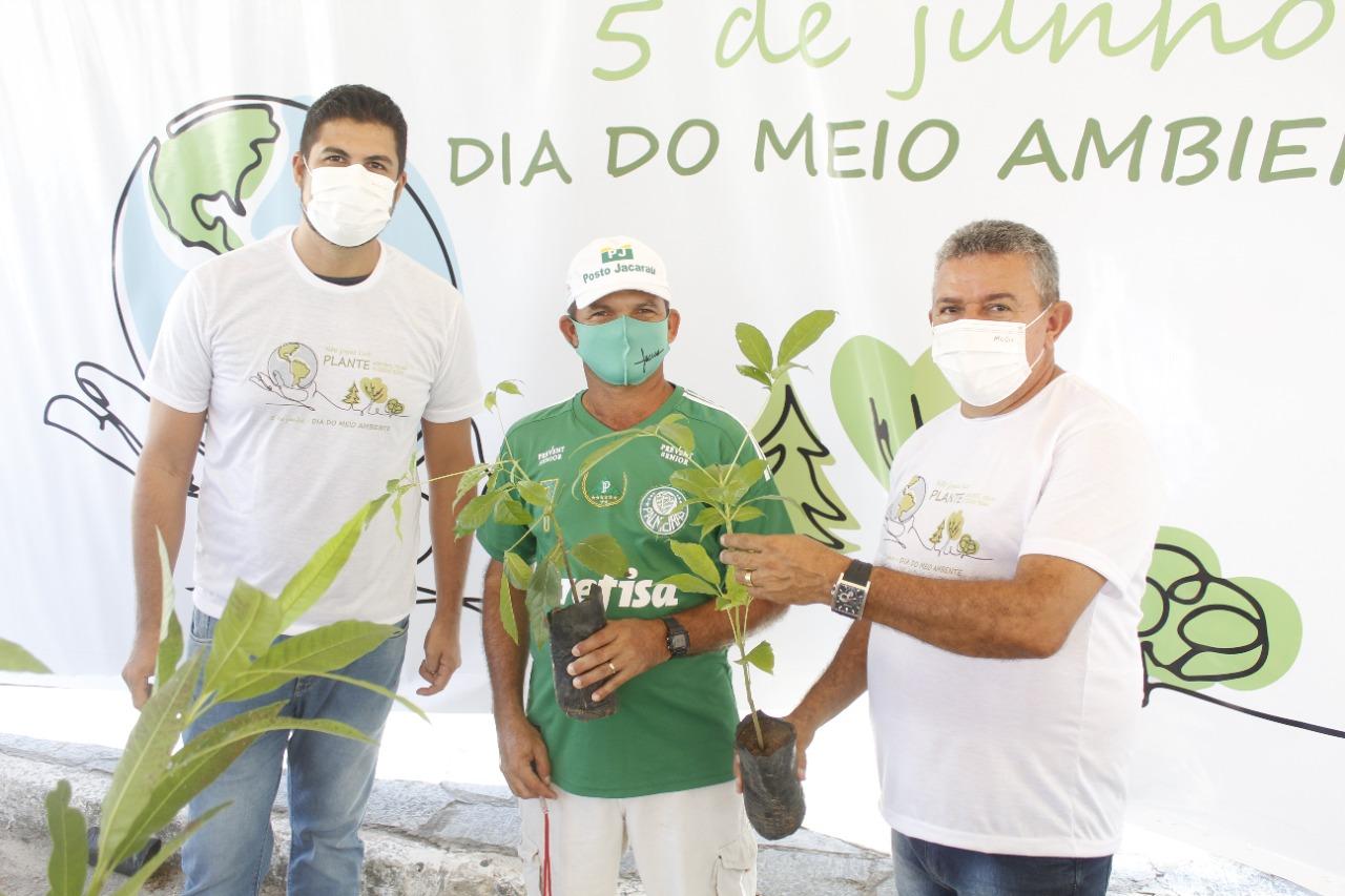 Departamento de Meio Ambiente realiza entrega de mudas de Ipê na feira livre, em celebração ao Dia Mundial do Meio Ambiente.