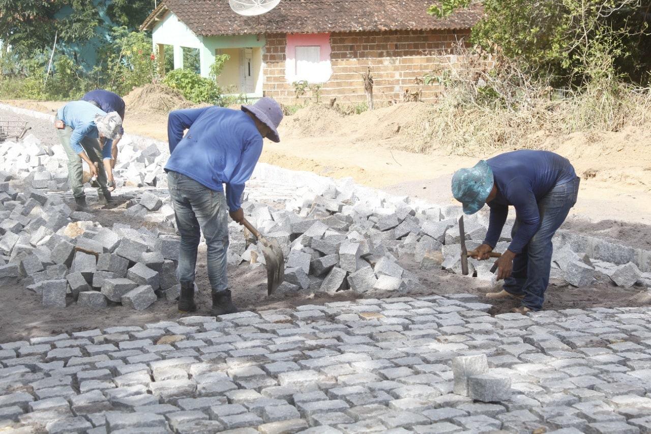 Governo Municipal de Jacaraú reinicia obra de pavimentação e drenagem no Distrito Timbó.