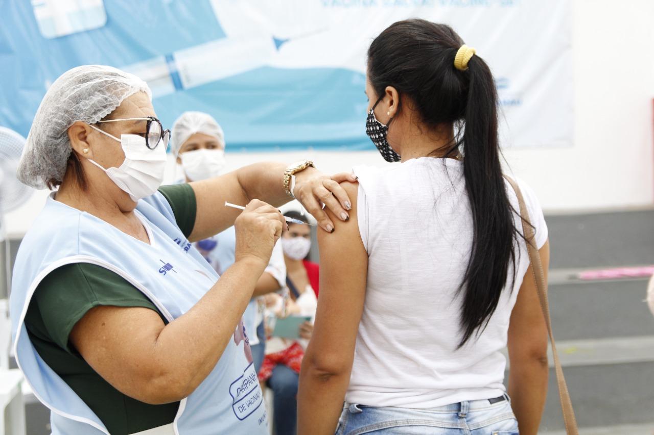 Jacaraú vacina população com 23 ou mais a partir desta segunda-feira (09).