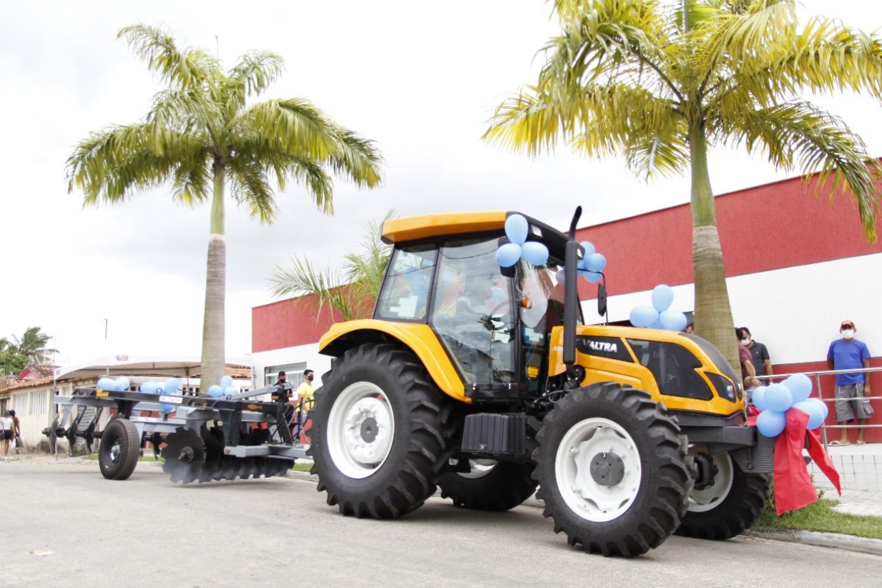 Governo Municipal entrega novo trator para a secretaria de agricultura.