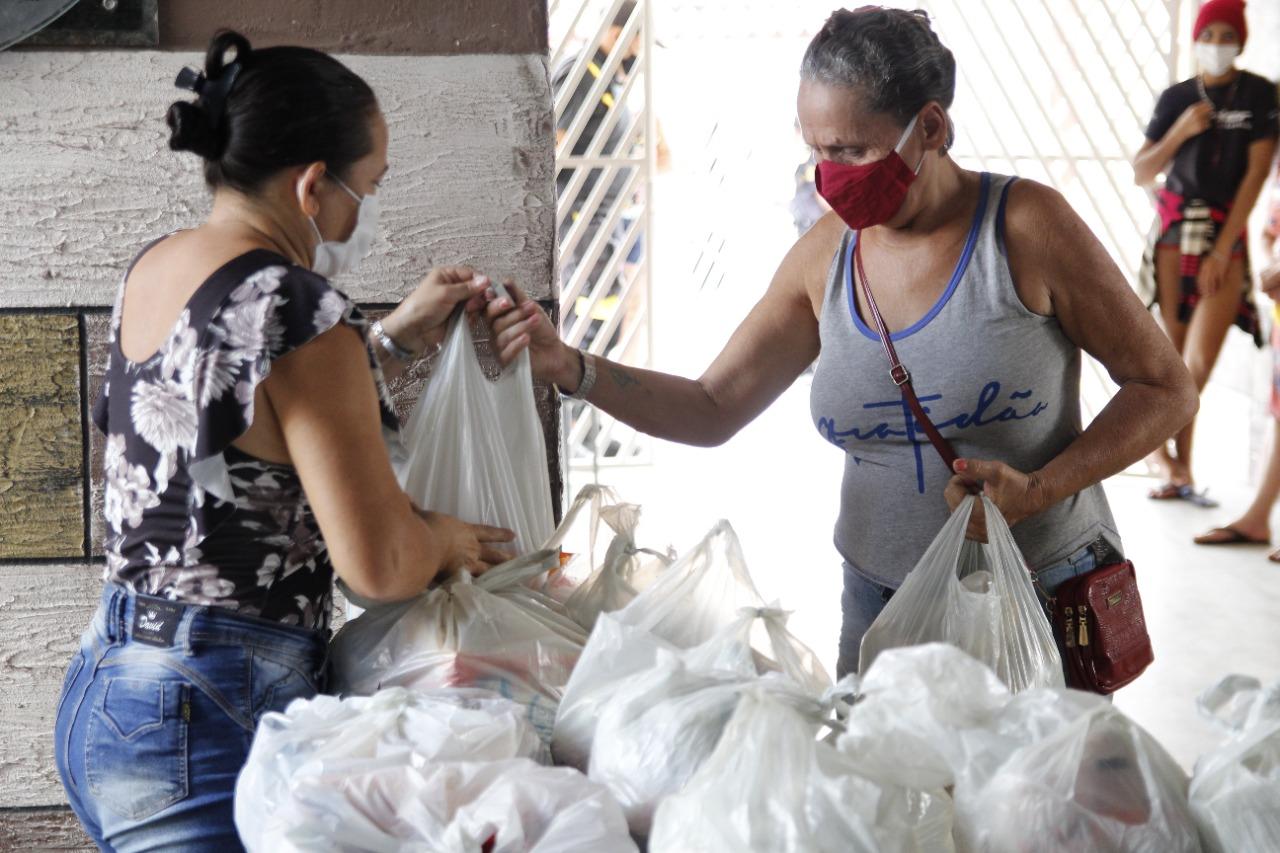 Secretaria de educação entrega kits de alimentação para famílias com alunos matriculados na rede municipal.