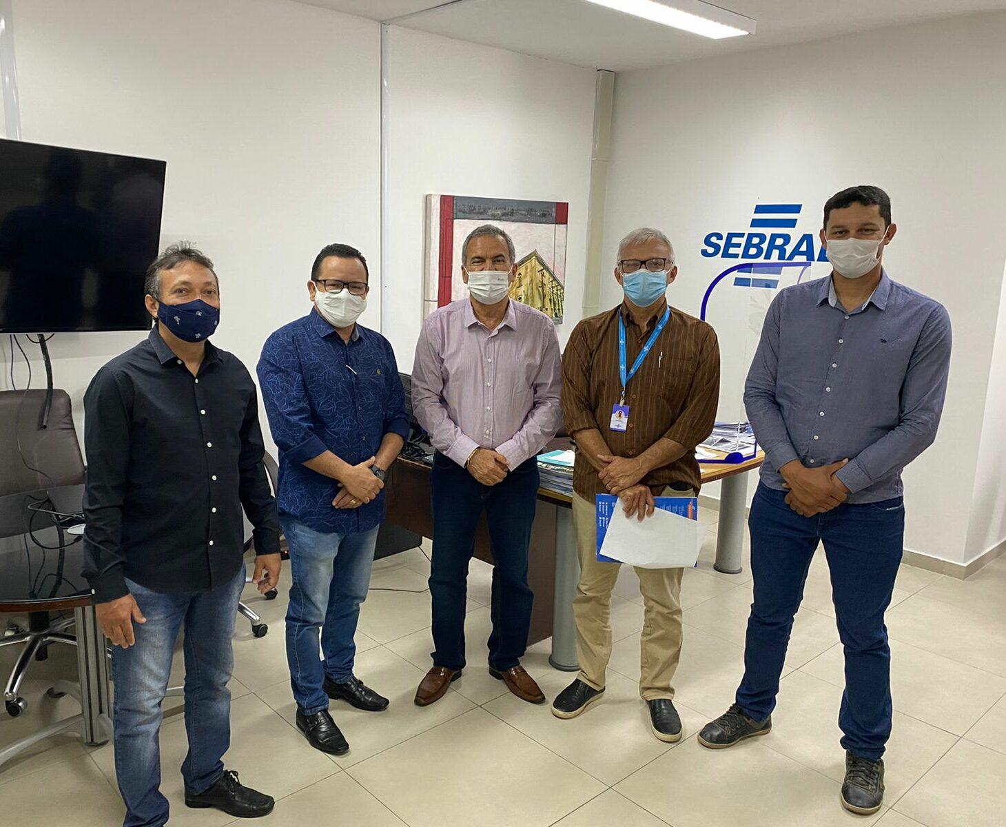 Prefeito de Jacaraú firma parceria com o SEBRAE para fomentar o comércio do município.